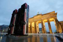 Exhibit at Berlin`s Brandenburg Gate evokes Syrian war
