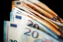 Euro slips as German coalition talks fail, heightens uncertainty
