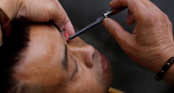 Flipping lids! Chinese barber offers eyelid shaves