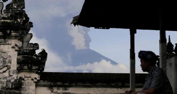 Thousands stranded as Bali volcano alert raised to highest level